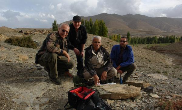 Autorzy przy znalezisku w Imilchil, Gerard Gierlinski, Hendrik Klein, Abdelouahed Lagnaoui oraz Hafid Saber